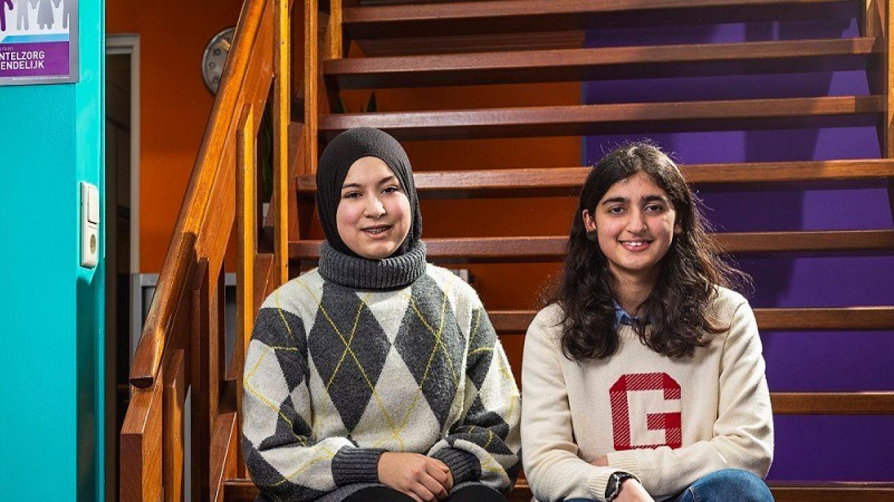 Een portretfoto van Maria & Amira (15)