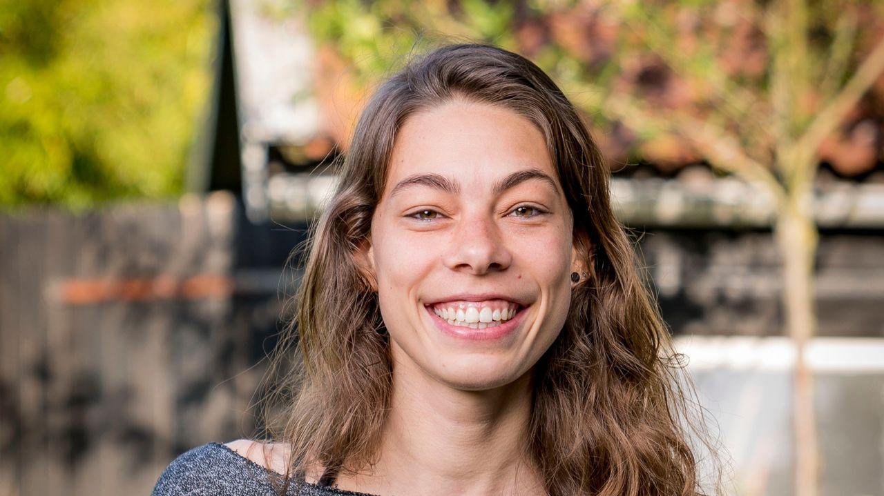 Een portretfoto van Tirza (24)